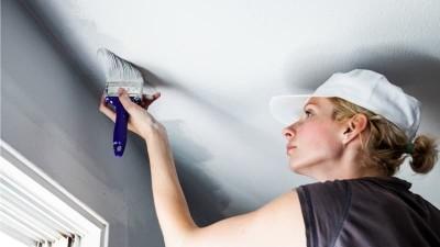 Как правильно покрасить потолок - нанесение краски без разводов